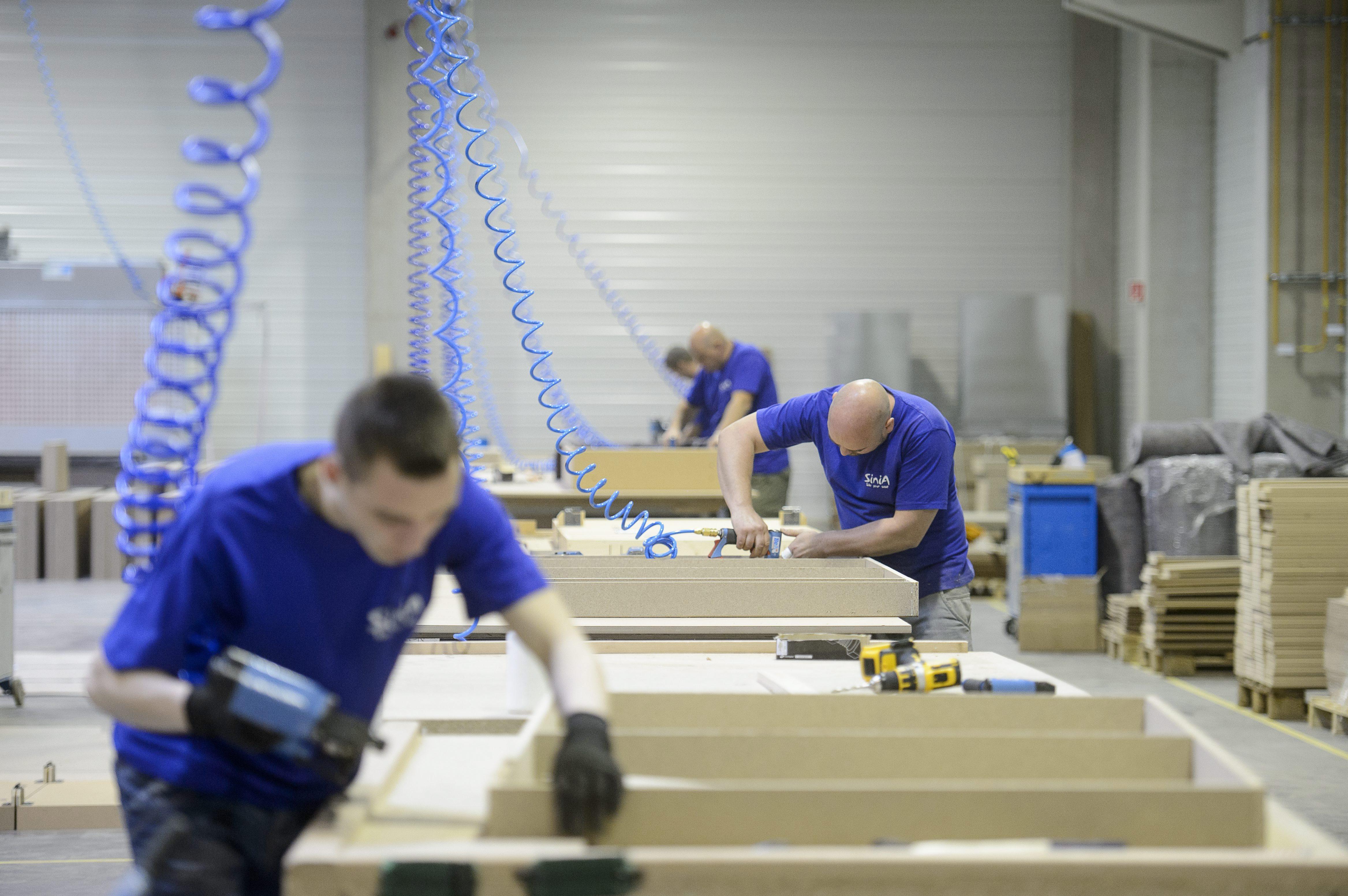 Bátonyterenye, 2015. május 12. Dolgozók a Sinia Bútorgyártó Kft. újonnan átadott ülõbútorgyártó üzemében a bátonyterenyei ipari parkban 2015. május 12-én. MTI Fotó: Komka Péter