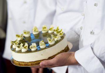 Budapest, 2016. augusztus 4. Bemutatják Magyarország tortáját, az Õrség Zöld Aranyát az Országház Vadásztermében 2016. augusztus 4-én. Elõzõleg Vargha Tamás, a Honvédelmi Minisztérium parlamenti államtitkára sajtótájékoztatót tartott az augusztus 20-ai ünnepségekrõl. MTI Fotó: Koszticsák Szilárd